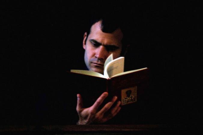 Прихожанин читает Библию во время мессы в православном соборе Святого Георгия в Стамбуле, Турция, 30 ноября 2006 г. Фото: Burak Kara/GettyImages