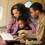 Чтобы избежать проблем с венами во время поездок, старайтесь двигаться. Фото: Thinkstock/thinkstockphotos.com