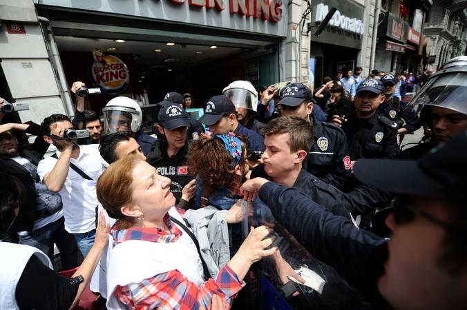 Разгон демонстрантов на антиправительственном митинге после взрыва на шахте вблизи города Сома, Стамбул, 14 мая, 2014 год. Фото: OZAN KOSE/AFP/Getty Images