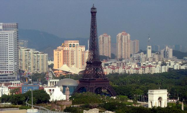 Точная копия французской Эйфелевой башни 1 декабря 2008 года появилась на горизонте Шэньчжэня на юге Китая. Фото: FRANCOIS Бугон / AFP / Getty Images