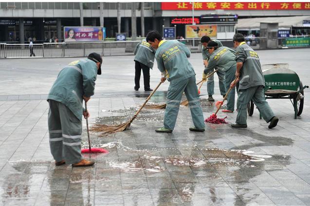 Работники коммунальных служб отмывают следы инцидента. В недавней резне в южном мегаполисе Гуанчжоу, к счастью, никто не погиб. Фото: STR/AFP/Getty Images