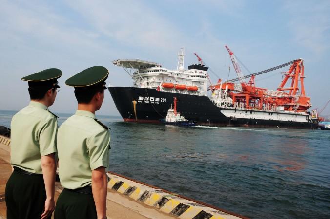 Глубоководная буровая установка компании China National Offshore Oil Corp выходит из порта Циндао, в восточной китайской провинции Шаньдун, 21 мая 2012 года. Фото: AFP/AFP/GettyImages