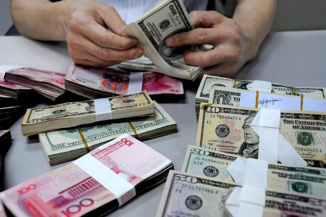 Падение китайского юаня и огромные долларовые резервы — сочетание сложное. Премьер-министр Ли Кэцян впервые назвал это «проблемой». Фото: China Foto Press/Getty Images