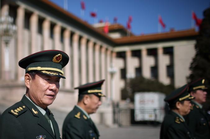 Генерал Лю Юань (слева), политический комиссар и руководитель департамента логистики НОАК, покидает 4 марта Большой зал народных собраний в Пекине. Китайский режим использует различные формы обмана для достижения своих военных целей. Фото: Feng Li/Getty Images