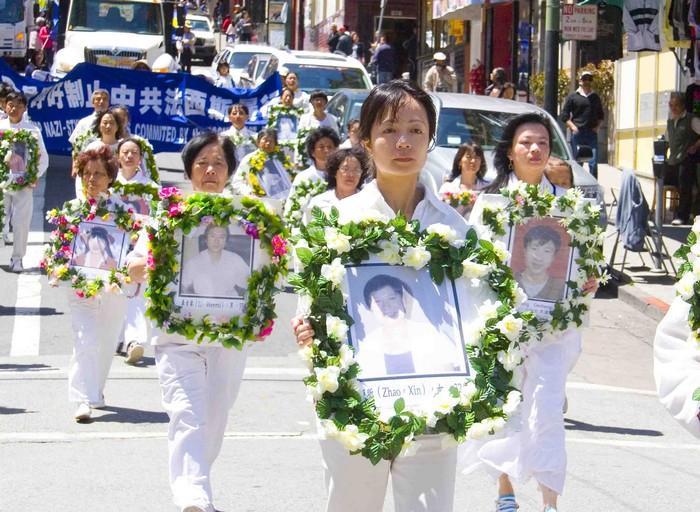 Последователи Фалуньгун несут портреты своих единомышленников, погибших в результате репрессий в Китае. Всемирный День Фалунь Дафа. Фото: minghui.org