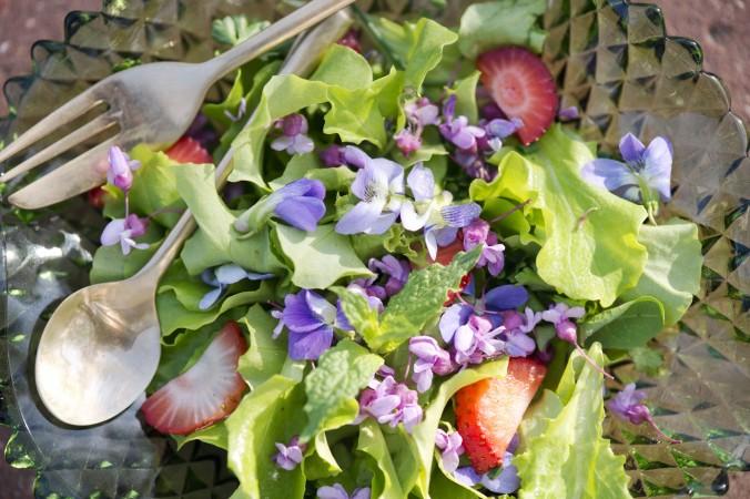 Уникальный весенний салат. Фото: Cat Rooney/Epoch Times
