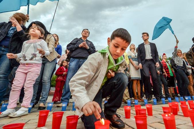 Крымские татары зажигают свечи во время мемориальной церемонии, посвященной 70-й годовщине депортации татар из Крыма, Киев, 17 мая 2014 года. Фото: SERGEI SUPINSKY/AFP/Getty Images