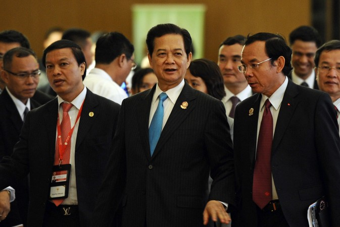 Премьер-министр Вьетнама Нгуен Тан Зунг (в центре) идёт с членами своей делегации на саммите АСЕАН в Мьянме 11 мая. В воскресенье он выступил с критикой агрессии Китая в Южно-Китайском море. Фото: CHRISTOPHE ARCHAMBAULT/AFP/Getty Images