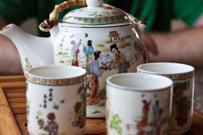 Чайный этикет китайцев: зачем нужно постукивать пальцами по столу?