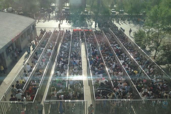 Более 1000 человек стоят в очереди в час пик, чтобы пройти через ворота безопасности на станцию метро в Пекине 26 мая 2014 года. Власти усилили меры безопасности после взрывов в Синьцзяне 22 мая. Фото: screenshot/163.com