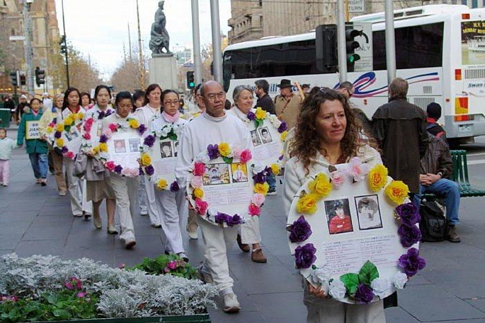 Последователи Фалуньгун несут фотографии своих единомышленников, погибших в результате репрессий в Китае. Мельбурн (Австралия). Фото: minghui.org