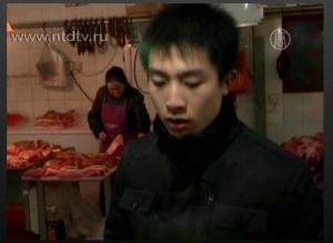 Китаец на мясном рынке. Фото: ntdtv.ru