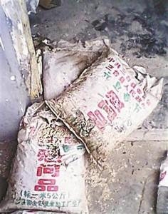 Сгнившие за шесть лет продукты, пожертвованные пострадавшим во время землетрясения в провинции Сычуань. Апрель 2014 года. Фото с epochtimes.com