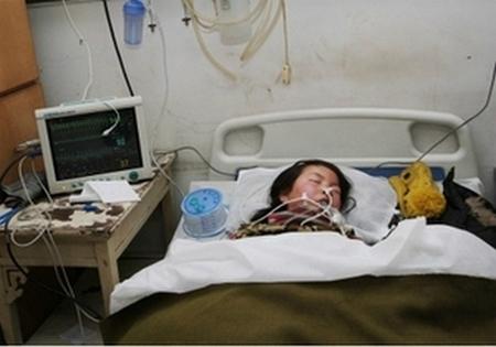 12-летняя школьница из провинции Шаньси города Синьчжоу выпила большую дозу лекарства, пытаясь покончить с собой из-за большого давления от учёбы. Январь 2013 года. Фото с epochtimes.com