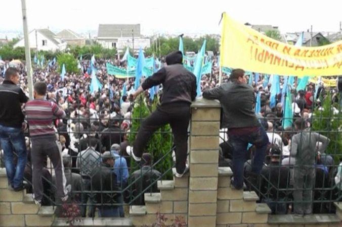 Митинг крымских татар на улицах Симферополя.  Скриншот видео
