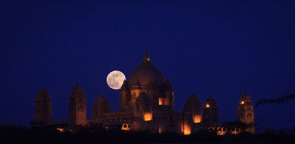 Суперлуние над дворцом Умайд-Бхаван в Индии 23 июня 2013 г. Во время так называемого суперлуния Луна выглядит на 14% больше, чем обычно. Фото: Wikipedia Commons