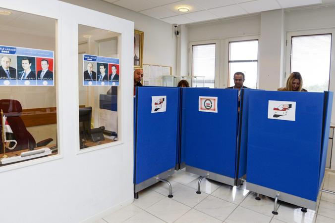 Сирийские граждане голосуют на досрочных президентских выборах  в сирийском посольстве в пригороде Стокгольма Дандерюде, 28 мая, 2014 год. Фото: BERTIL ERICSON/AFP/Getty Images