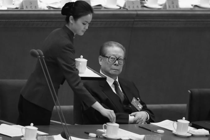 Бывший генсек компартии Китая Цзян Цзэминь на первом заседании XVIII съезда КПК в Большом зале народных собраний 8 ноября 2012 года, Пекин, Китай. Слухи о его любовницах, распространившиеся в китайском Интернете, не были заблокированы, как обычно. Фото: Feng Li/Getty Images