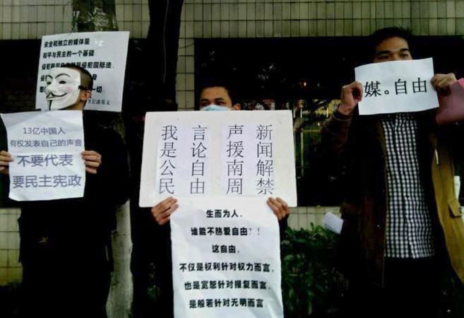 Демонстранты требуют свободы прессы и высказываются в поддержку журналистов газеты Southern Weekend 8 января 2013 года, город Гуанчжоу, провинция Гуандун. Китайские власти недавно усилили ограничения прессы. Фото: AFPAFP/Getty Images