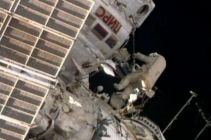 Космонавты Александр Скворцов и Олег Артемьев приступили к работам в открытом космосе (видео)