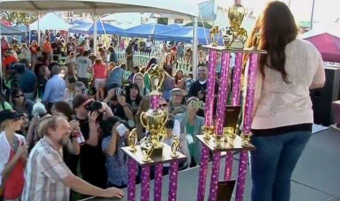 Хозяйка самой уродливой дворняжки победив в конкурсе пожертвовала деньги на лечение больных животных (видео)