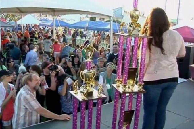 Хозяйка самой уродливой дворняжки победив в конкурсе пожертвовала деньги на лечение больных животных
