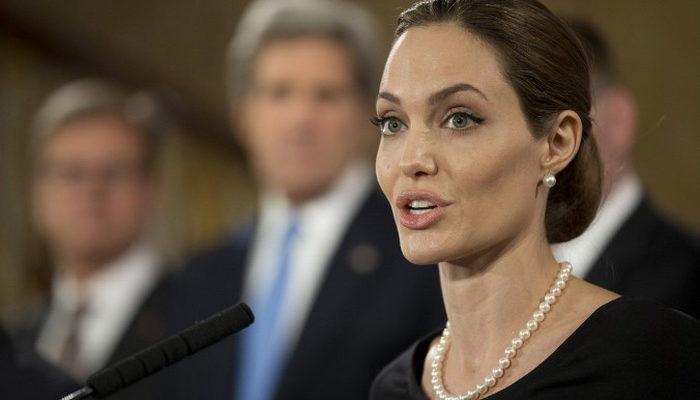 Елизавета II наградила Анджелину Джоли титулом рыцаря