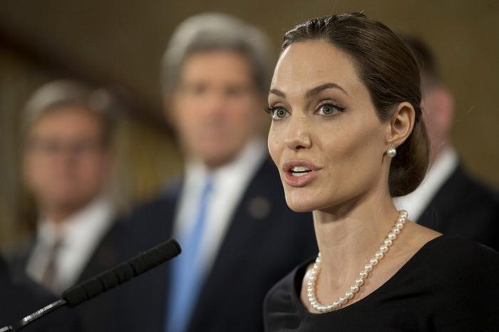 знаменитости, Великобритания, США, Анджелина Джоли, рыцарский титул, Елизавета II