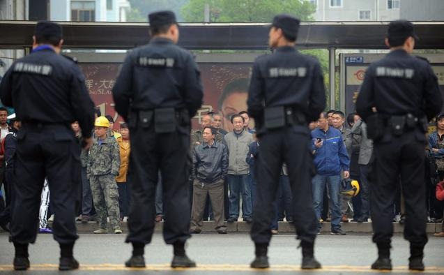 Люди ожидают у здания суда итогов процесса над Лю Ханем, магнатом горнодобывающей отрасли, Сяньнин, провинция Хубэй, 31 марта 2014 года. Фото: STR/AFP/Getty Images
