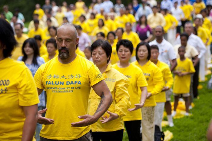 Последователи Фалуньгун выполняют упражнения своей практики. Нью-Йорк, США. Фото: The Epoch Times