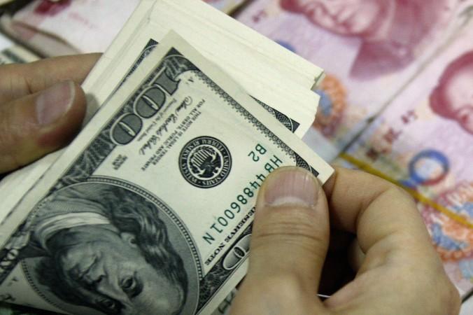 «Голыми» чиновниками называют в Китае тех, кто отправил свои семьи и активы за рубеж. Когда в Гуандуне их поставили перед выбором — понижение в должности или возвращение родственников обратно в Китай — большинство выбрало понижение. Фото: STR/AFP/Getty Images