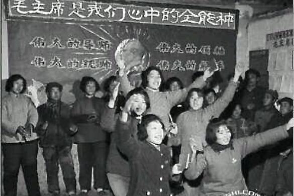 Китайские интернет-пользователи обработали фото со школьниками, которые поют дифирамбы Мао Цзэдуну во время «культурной революции». Веб редактор китайского сайта был арестован после публикации фотографии. Фото: скриншот/weibo.com