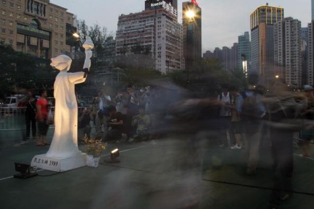 Так отмечали 20-ю годовщину событий на площади Тяньаньмэнь в Гонконге. Посмотрим, что будет завтра, в день 25-летия. Фото: MN Chan/Getty Images