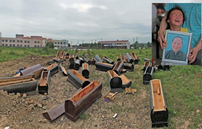 Несколько десятков конфискованных гробов выбросили в деревне Синьдянь уезда Тунчэн городского округа Аньцин 24 мая 2014 года. В небольшой вставке в верхнем правом углу плачущая семилетняя Ху Мэнхань держит портрет покойной бабушки, 83-летней Чжэн Шифан. Старушка повесилась 23 мая, чтобы избежать кремации, ставшей обязательной с 1 июня. Фото: Великая Эпоха