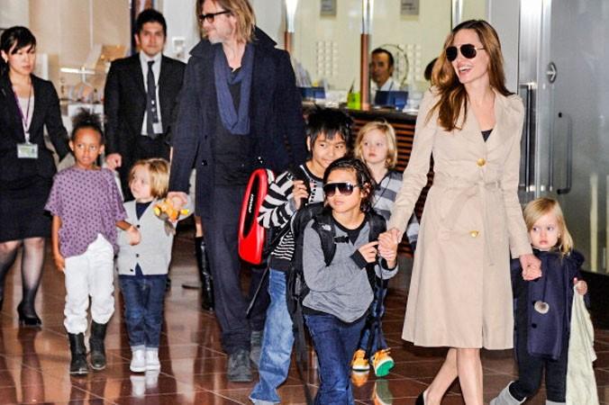 Брэд Питт и Анджелина Джоли с детьми. Фото: Getty Images