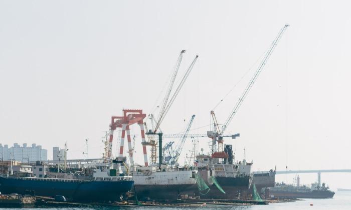 Экипажи двух российских судов бастуют из-за невыплаты зарплаты