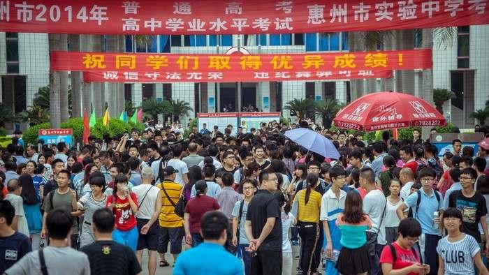 Студенты перед входом в здание, где будет проходить ЕГЭ. Город Биньчжоу, провинция Шаньдун. Июнь 2014 года. Фото: AFP/Getty Images