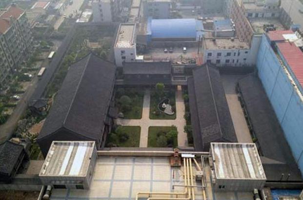 Дом, принадлежавший Гу Цзюньшаню, бывшему высокопоставленному военному, которого смела антикоррупционная кампания. Китайские чиновники спешно пытаются избавиться от недвижимости, так как в некоторых частях страны ввели обязательное раскрытие активов. Фото: скриншот/chinaluxus.com