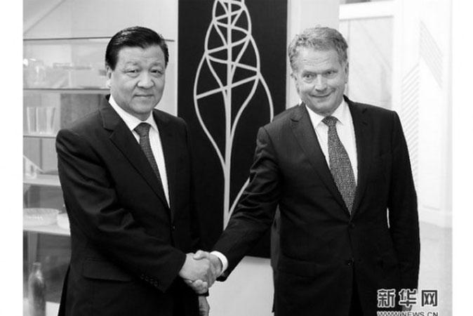 Лю Юньшань (слева), глава пропаганды в Китае, пожимает руку президенту Финляндии Саули Ниинисте 15 июня, в последний день своего визита. Фото: скриншот/xinhuanet.com