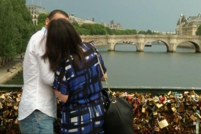 В Париже часть моста обвалилась под тяжестью «замков любви»