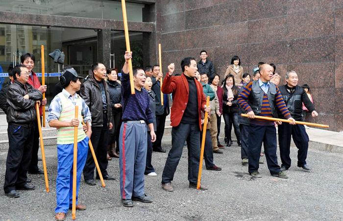 Нанятые медицинские возмутители спокойствия. Фото: скриншот/secretchina.com