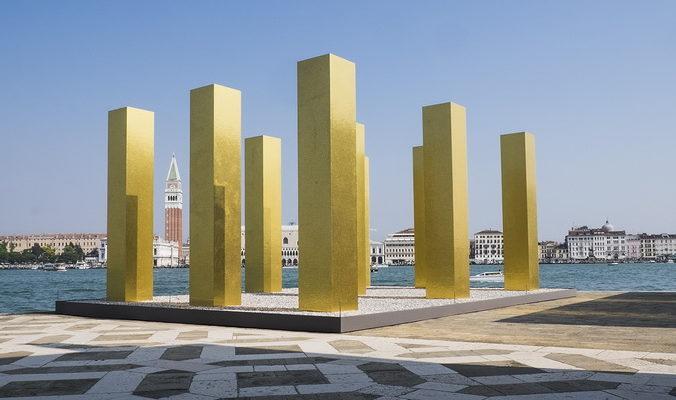 «Небо над девятью колоннами» — новая скульптурная  композиция появилась в Венеции
