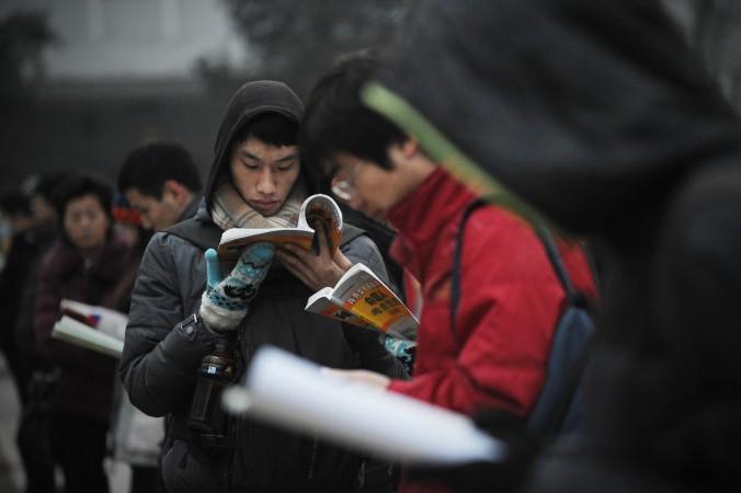 Студенты университета в Пекине читают учебники 4 января 2014 года. Серия самоубийств прокатилась по школам Китая, так как школьники находятся под давлением из-за надвигающегося Гаокао (китайского ЕГЭ). Фото: Wang Zhao/AFP/Getty Images