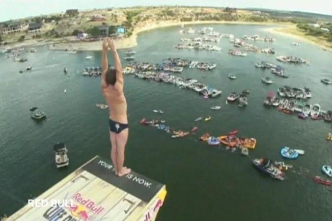 В штате Техас в субботу прошёл этап соревнований по клиф-дайвингу — прыжкам с высоты 27 метров.