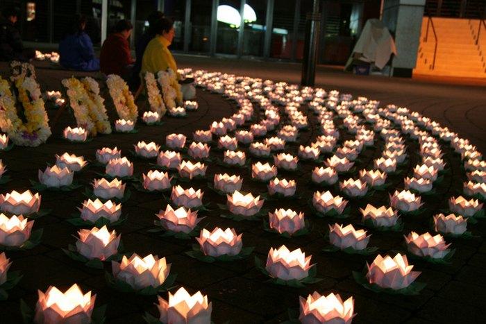 Последователи Фалуньгун зажгли свечи в память о своих единомышленниках, погибших в результате репрессий в Китае. Сидней, Австралия. Фото: The Epoch Times
