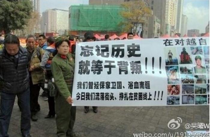 Текст на плакате: «Забыть историю равносильно измене! Раньше мы защищали страну, а теперь ходим по улицам, ощущая себя никому не нужными и выживая на гране нищеты!» Провинция Юньнань. Июнь 2014 года. Фото с weibo.com