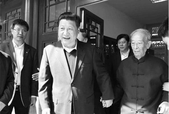 Лидер коммунистической партии Китая Си Цзиньпин держит руку Тан Ицзе, 87-летнего профессора философии Пекинского университета, 4 мая. Профессор был известным сторонником студенческого движения в 1989 году. Фото: скриншот/xinhuanet.com
