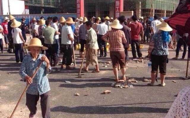 На юге Китая крестьяне противостоят сотням наёмников властей
