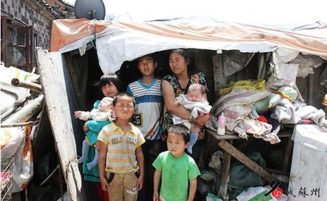 Жена сборщика металлолома Лю с некоторыми из своих младших детей. Фото: скриншот/WenxueCity.com