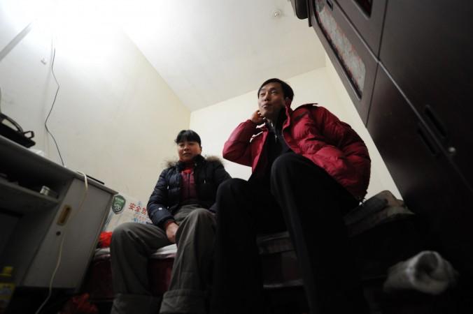 Китайские мигранты сидят в крошечной комнате, расположенной в третьем подземном этаже бомбоубежища в Пекине. Этих людей жители Пекина прозвали «крысиным племенем». Фото: Peter Parks/AFP/Getty Images
